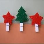 Manualidades y decoraciones navideñas con broches, telas, piñas, caracoles