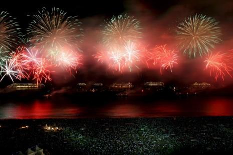 AÑOBRASIL. Vista de los fuegos de artificiales en la playa de Copacabana en la ciudad de Río de Janeiro,