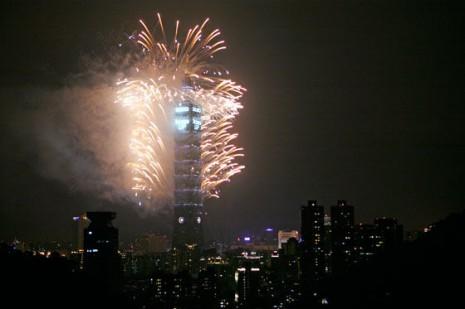 AÑOEste edificio, ubicado en Taiwán, es uno de los más altos del mundo. Así se veía al amanecer del primero de enero