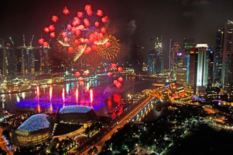 AÑOfuegos artificiales iluminan el horizonte de la zona financiera de Singapur