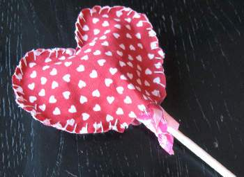 manualidadesActividades-de-San-Valentin-para-niños-Chupetines-de-corazon