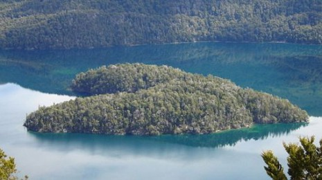 corazon Isla Corazón es una isla de manglares en forma de corazón, que se encuentra en la desembocadura del río Chone, Ecuador.