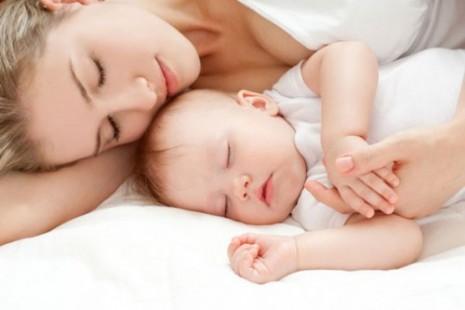 mama-dormir-con-bebe-500x333