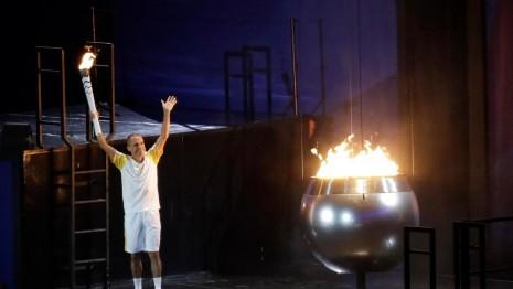 juegosinauguracionVanderlei de Lima es el encargado de encender el pebetero olímpico