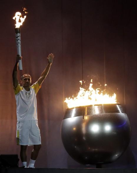 juegosinauguracionVanderlei de Lima es el encargado de encender el pebetero olímpico.jpe1