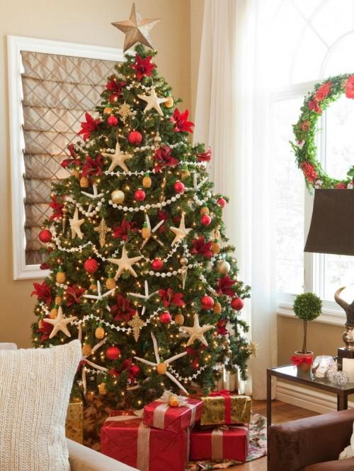 estrellas-decorando-arbol-navidad-bolas-rojas