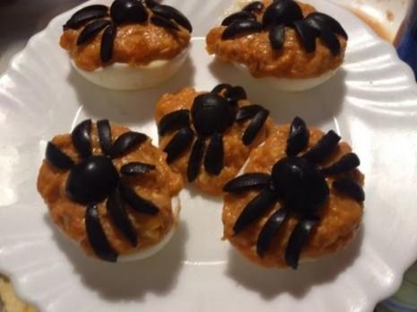 halloweenarañas huevosrellenosc aceitunas