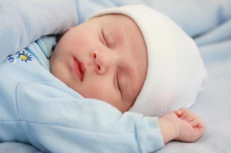 bebefotos-de-bebes-recien-nacidos-bebe-durmiendo-con-gorrito-600x399